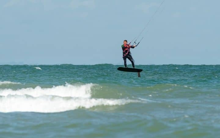 Wing foiling vs kite foiling for the surf?